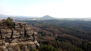 Widok z jednego z punktów widokowych przy Pravčickej Bramie. Góra w tle to Růžovský vrch.
