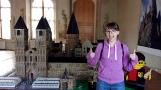 Wystawa klocków Lego na zamku w Děčínie: W tle Hogwart wybudowany z miliona klocków. Zdjęcie ze mną (i moją dziwną miną :)) dla porównania, jak duża jest ta budowla.