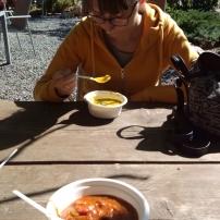 Ja jem zupę dyniową, na pierwszym planie gulasz z dyni